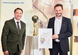 Landeshauptmann-Stv. Manfred Haimbuchner gratulierte Christian Lindner, CEO INFRANORM® Technologie GmbH, zum Energy Globe Oberösterreich in der Kategorie Luft. Dieser wurde dem Unternehmen für das ökonomisch und ökologisch nachhaltige System Smart Hall Cooling verliehen.